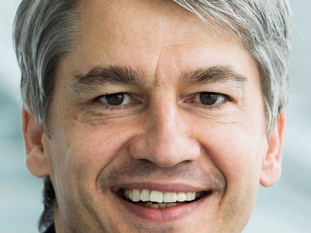 Benedikt Schell rückt an die Spitze der Mercedes-Benz-Bank
